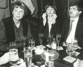 Marianne Strauß mit dem noch blutjungen Peter Gauweiler (CSU) im Alten Simpl